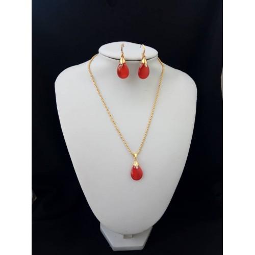 Chaine en or plaqué et cristale rouge