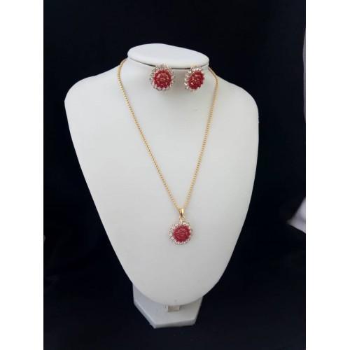 Chaine en or plaqué , ziconium et  cristale rouge